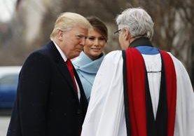 El reverendo Luis León saluda al presidente electo Donald Trump y su esposa Melania. (AP).