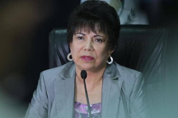 María Eugenia Mijangos Martínez, en conferencia de prensa, donde rechaza la acción del partido Líder. (Foto Prensa Libre: Alvaro Interiano)