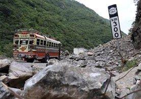 Tres días tardarán las autoridades para limpiar el derrumbe en San Pedro Necta. (Foto Prensa Libre: Mike Castillo)