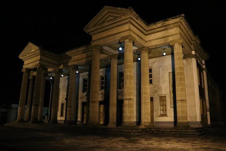 El estilo neoclásico del Teatro Municipal de Quetzaltenango, y su simetría, hacen que siempre luzca imponente, sobre todo por las noches (Foto Prensa Libre: María José Longo).