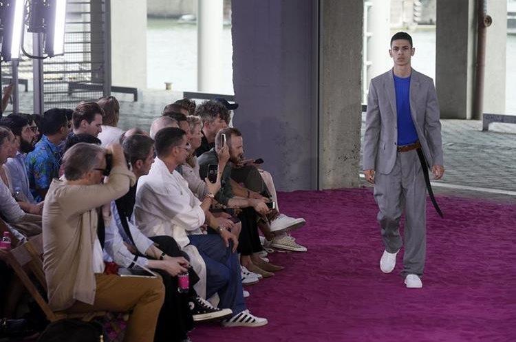 Un modelo luce una creación de la colección primavera-verano 2017 del diseñador galo Alexandre Mattiussi para AMI en la Semana de la Moda Masculina de París. (Foto Prensa Libre: EFE).