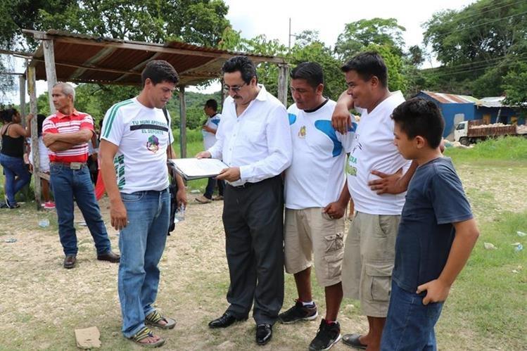 El alcalde de San Benito, Carlos Kuylen Morales, (de mangas largas) junto al portero que resultó herido, Carlos René Eguizabal. (Foto Prensa Libre: Rigoberto Escobar)
