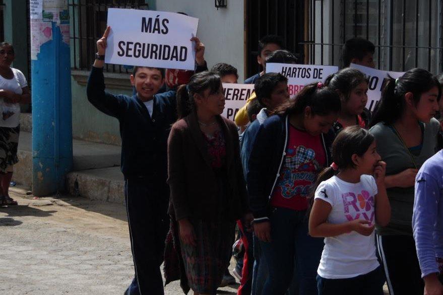 Menores exigen seguridad en caminata en El Tejar, Chimaltenango. (Foto Prensa Libre: José Rosales).