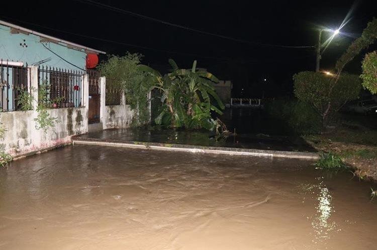 El arroyo El Pijul, en San Benito, se desbordó provocando que varios inmuebles se inundaran en el área central de Petén. (Foto Prensa Libre: Rigoberto Escobar)