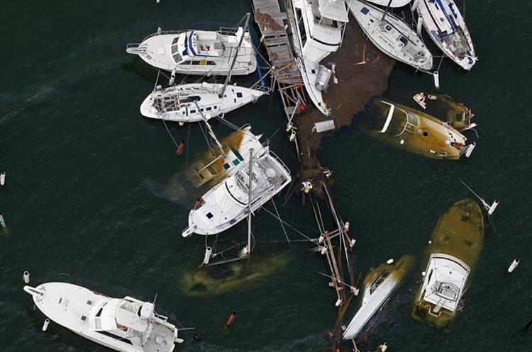 Los botes anclados en el muelle fueron destruidos por el huracán. (Presa Libre Foto: AP /Gerald Herbert)