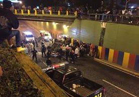 Un carro cayó desde la Calzada Roosevelt hasta el viaducto de la Calzada San Juan. (Foto Prensa Libre: @Biker502)