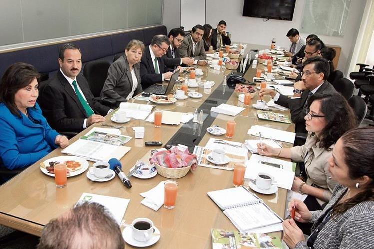 Equipo de trabajo de la UNE se reunió con periodistas de Prensa Libre.