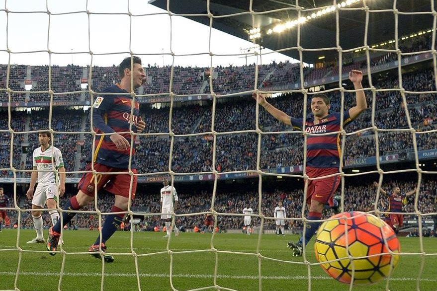 Messi celebra junto al uruguayo Luis Suárez uno de sus tres goles anotados contra el Granada el fin de semana. (Foto Prensa Libre: AFP)