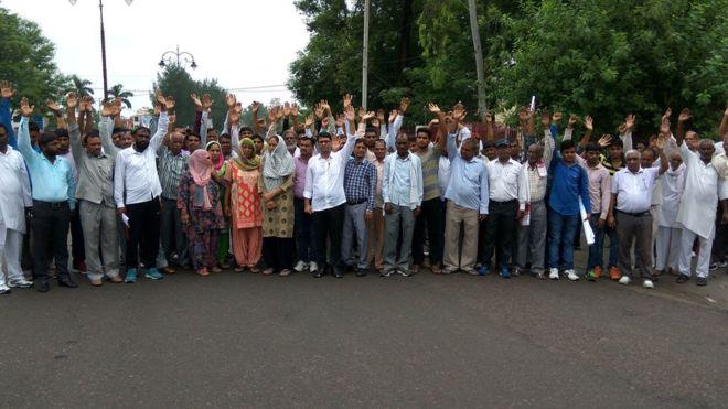 Miembros de la casta dalit protestaron contra el ataque a la mujer.