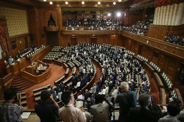 Vista general del Parlamento durante el debate de la reforma militar.