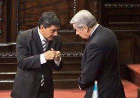 Alfredo Tumax, secretario del Sintracor, y Luis Rabbé, presidente del Congreso, dialogan en el hemiciclo. (Foto Prensa Libre: Esbin García)