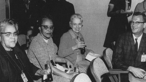 En el extremo izquierdo, con una botella de coca cola en la mano vemos a Dorothy Vaughan, la primera supervisora afroestadounidense de la NASA. NASA