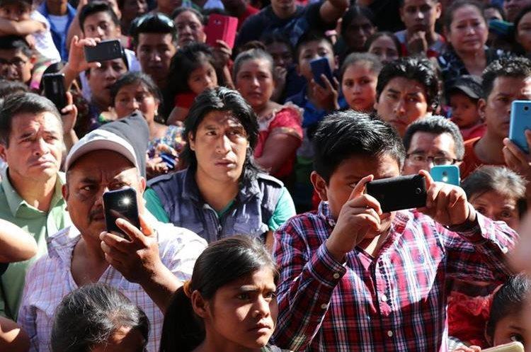 Vecinos grabaron con sus celulares los azotes que recibió la acusada. PRENSA LIBRE / HÉCTOR CORDERO