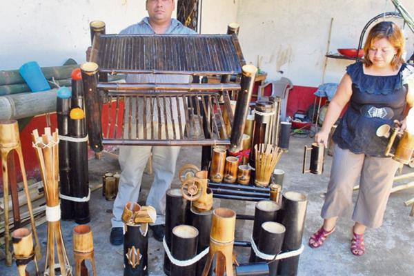 Marco Vinicio  Rodas y   Adaly  Gramajo muestran algunas de las piezas que elaboran con bambú.
