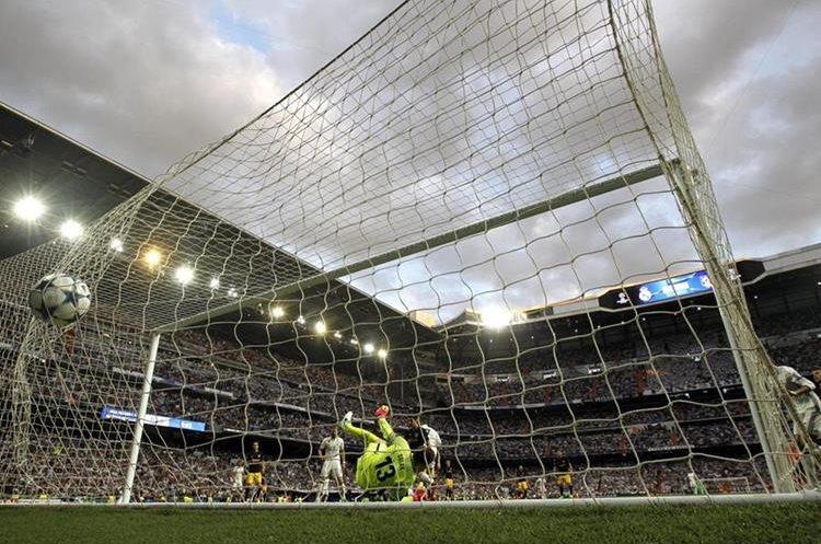 El portero del Atlético de Madrid Oblak está vencido y el balón en el fondo del arco tras el cabezazo de Ronaldo.