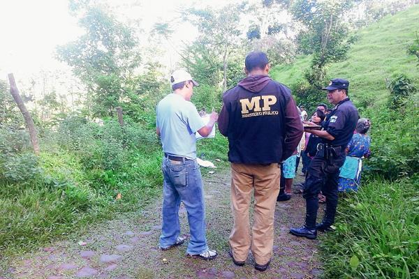 En el  lugar del hallazgo se encuentran agentes de la PNC y fiscales del MP para recolectar evidencias que ayuden a esclarecer el crimen. (Foto Prensa Libre: Rolando Miranda)