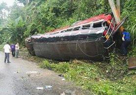 El autobús de Transportes Esmeralda volcó y dejó 24 pasajeros heridos en la ruta suroccidente, en Santa Lucía Cotzumalguapa. (Foto Prensa Libre: Enrique Paredes)