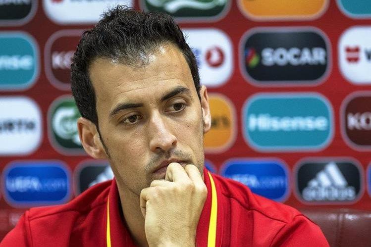 Busquets le restó importancia a los silbidos en contra de Piqué. (Foto Prensa Libre: EFE)