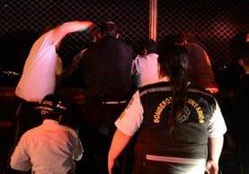 Socorristas, en el momento que ayudaban a la mujer a que no cayera al vacío. (Foto: Facebook/William González)