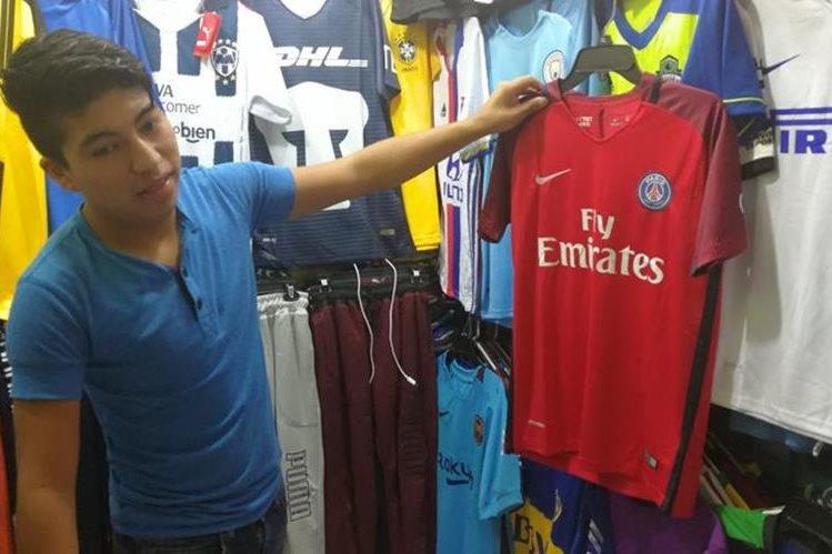 Las camisolas que más se encuentran en la Plaza El Amate son las del Barcelona, pero cuentan con réplicas del PSG. (Foto Prensa Libre: Estudardo Paredes)
