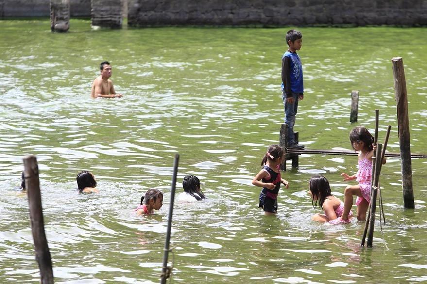 Visitantes disfrutan del agua contaminada del lago en un paseo de domingo. (Foto Prensa Libre: Erick Ávila)