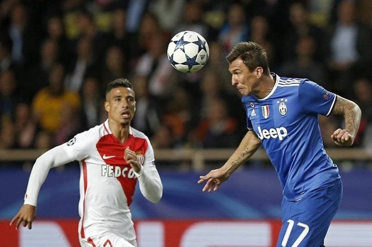 Mario Mandzukic cabecea el balón frente a Nabil Dirar.
