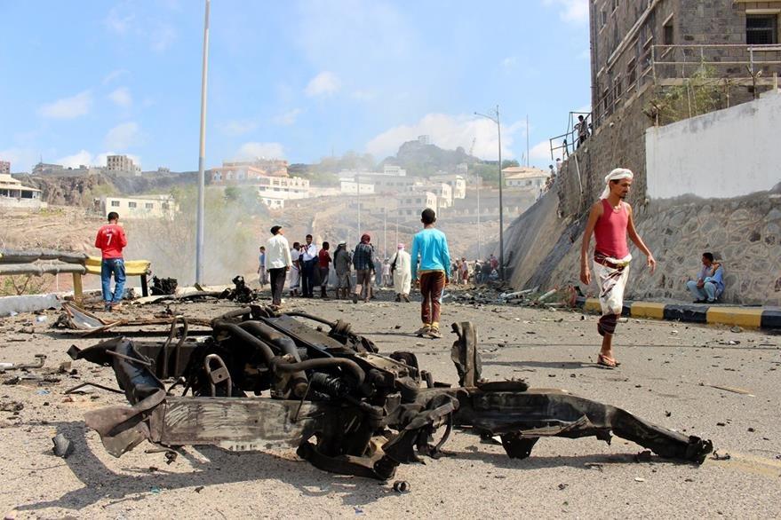 Oficiales yemeníes investigan el lugar donde murió el gobernador de Aden y seis acompañantes. (Foto Prensa Libre: AP).