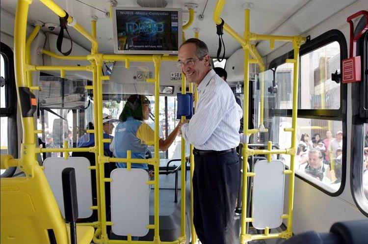 El primer recorrido del Transurbano se realizó en febrero de 2011, en la zona 18 y el expresidente Álvaro Colom mostró las primeras unidades. (Foto Prensa Libre: Gobierno Álvaro Colom)