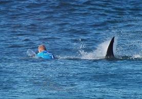 Mick Fanning escapó con vida del ataque de un tiburón. (Foto Prensa Libre: AFP)