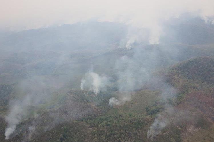 Varios incendios forestalen devastan amplias áreas boscosas de Petén. (Foto Prensa Libre: Rigoberto Escobar)