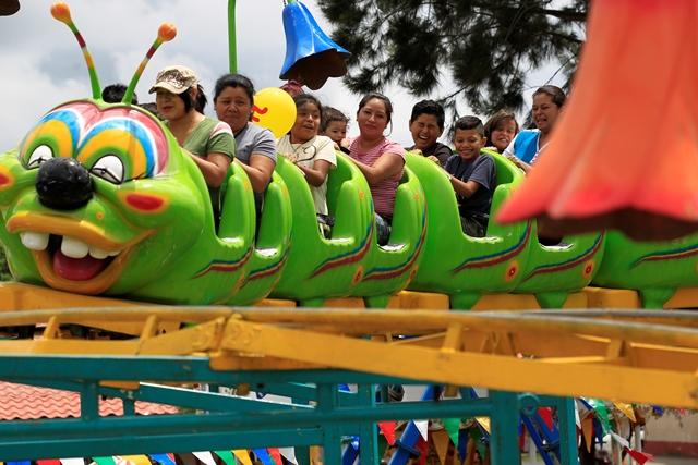"""El juego mecánico """"el gusanito"""" es el más llamativo y seguido para niños y adultos. (Foto Prensa Libre: Carlos Hernández)"""