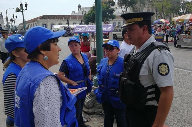 Personal de la PDH verifica que la manifestación transcurra con normalidad en la capital. (Foto Prensa Libre: Estuardo Paredes).