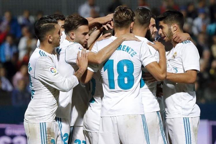 Jugadores del Real Madrid celebran uno de los goles en el triunfo contra el Fuenlabrada en Copa del Rey. (Foto Prensa Libre: EFE).