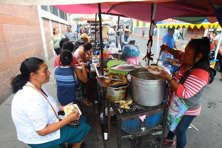 Personas compran alimentos en una venta ubicada en los alrededores del Hospital General San Juan de Dios. (Foto Prensa Libre: Álvaro Interiano).