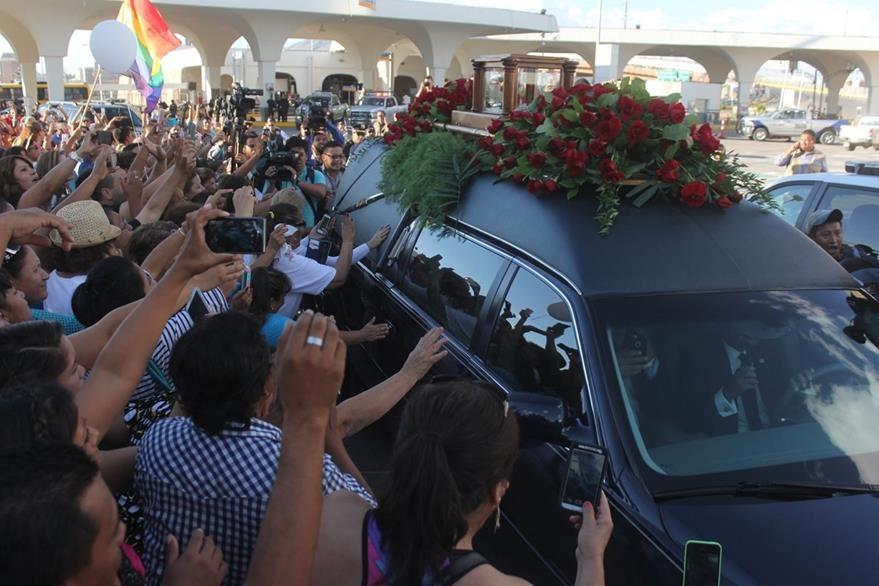 Los restos de Juan Gabriel ya están en México. (Foto Prensa Libre: AP)
