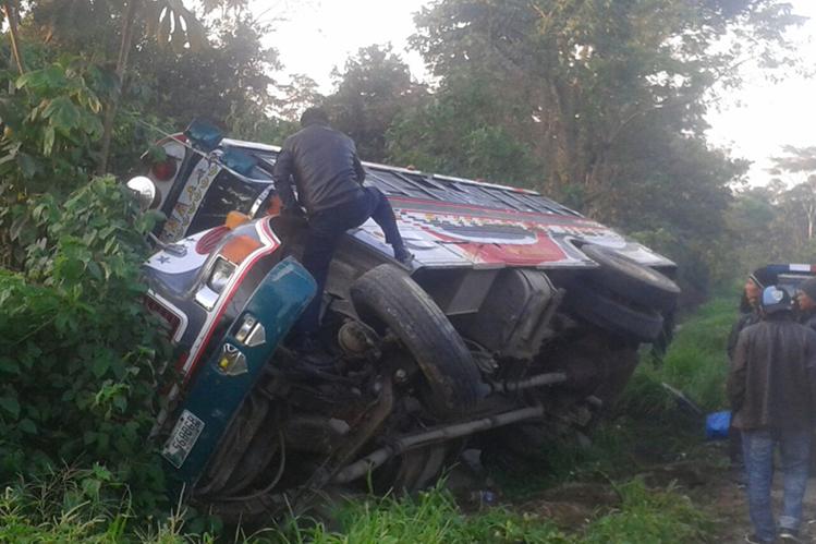 El bus quedó en una pequeña hondonada en la orilla de la carretera. (Foto Prensa Libre: Cristian Ico)