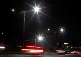 En Villa Nueva ya se usan luces LED, que no emiten rayos ultravioleta ni infrarrojos, lo que ayuda a evitar riesgos de salud en los humanos y no daña el ambiente. (Foto Prensa Libre: Carlos Hernández)