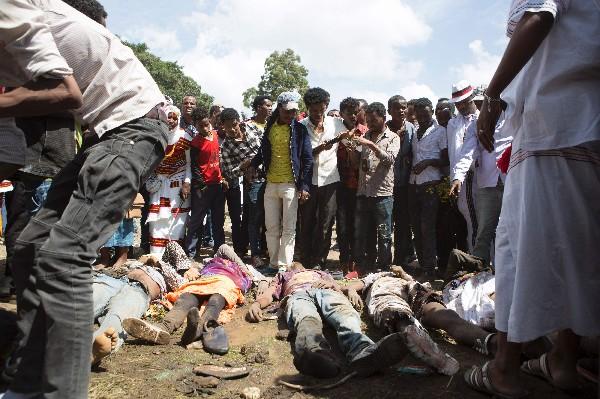 Etipes buscan a sus familiares muertos durante una estampida en Oromo. (AFP).