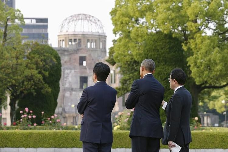 Barack Obama rindió este viernes homenaje a las víctimas de la primera bomba atómica. (Foto Prensa Libre: EFE)