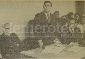 Alejandro Maldonado Aguirre como ministro de educación en 1970 a la izquierda aparece Mons. Juan Gerardi, Obispo de la Verapaz. (Foto: Hemeroteca PL)
