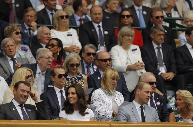 El príncipe William y Kate, duquesa de Cambridge, disfrutaron del partido de Federer y Cilic. (Foto Prensa Libre: AP)