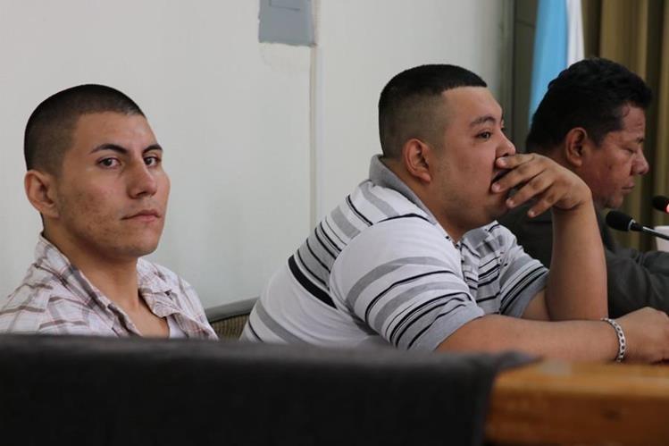 Los dos presuntos sicarios que enfrentan juicio por nueve asesinatos en El Progreso. (Foto Prensa Libre: Hugo Oliva).