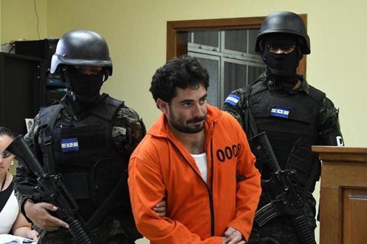 Plutarco Ruiz es trasladado por efectivos de la Policía hondureña a un tribunal en Honduras.