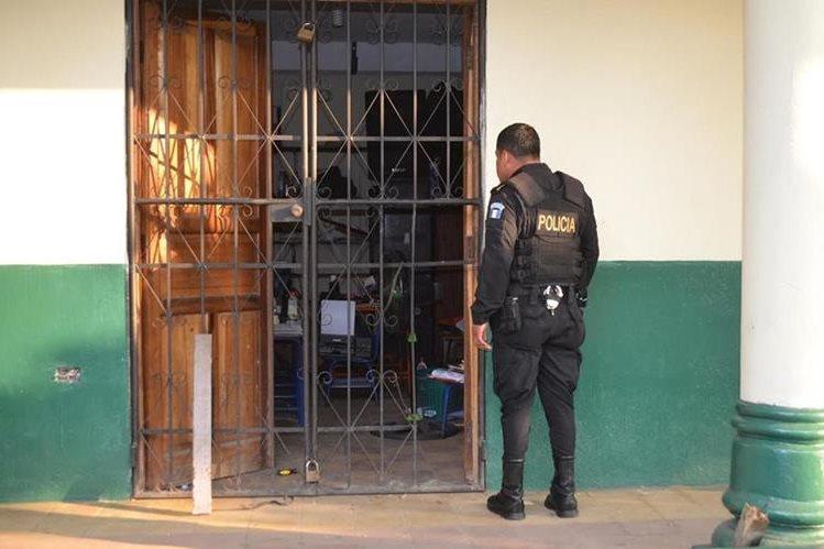 Agentes de la PNC recaban evidencias en escuela saqueada, en la zona 1 de la cabecera de Retalhuleu. (Foto Prensa Libre: Jorge Tizol)