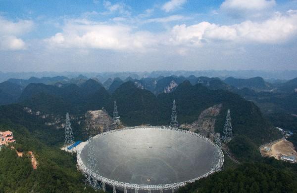 El Telescopio de Radio Esférico de Apertura se localiza en Pingtang, China. (AFP).