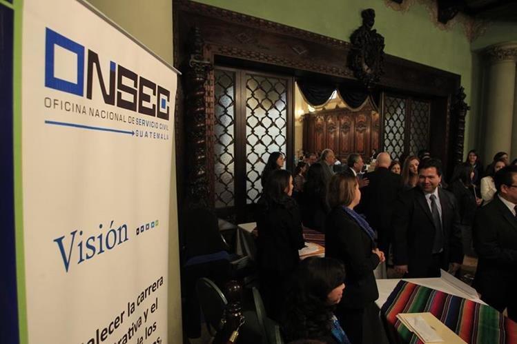 Representantes de varias instituciones del Estado participan en el lanzamiento de la plataforma digital de la Onsec. (Foto Prensa Libre: Edwin Bercián)