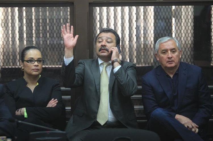 La ex vicepresidenta Roxana Baldetti y el expresidente Otto Pérez Molina, mientras escuchan la resolución de las excepciones. (Foto Prensa Libre: Esbin García)