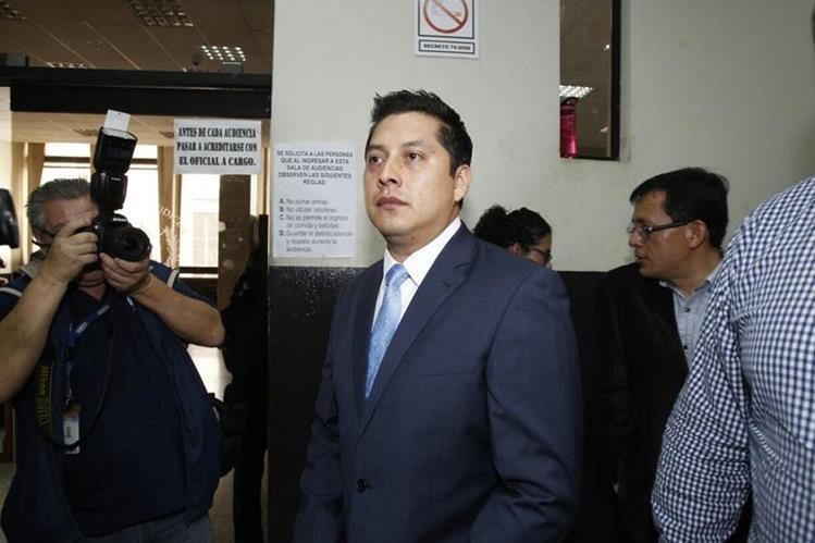 Mario Cano, el exabogado de la exvicepresidenta, Roxana Baldetti, se presenta al Juzgado de Mayor Riesgo B. (Foto Prensa Libre: Paulo Raquec)