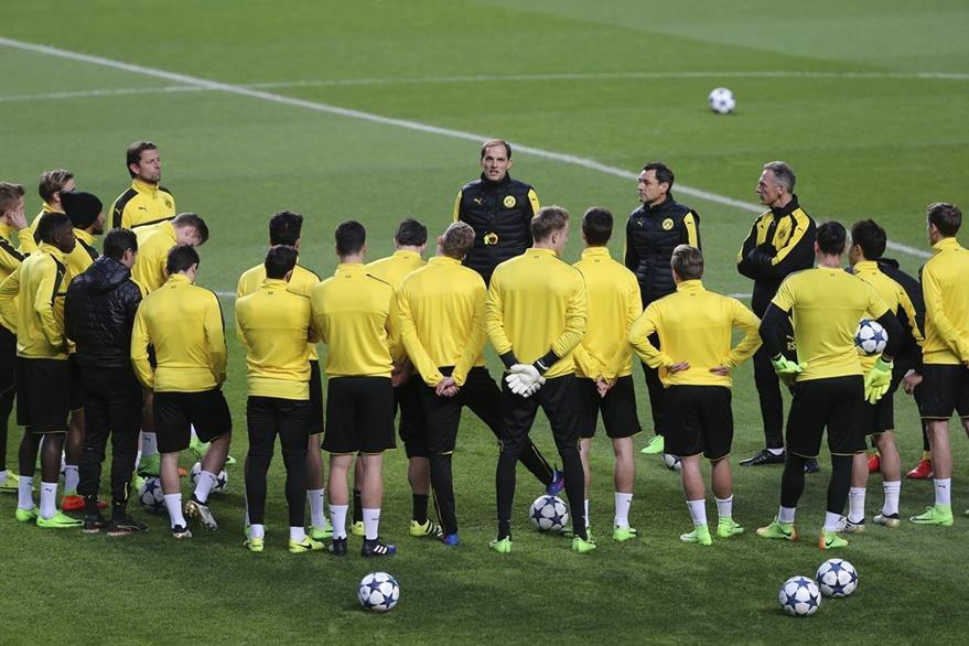 El Borusia de Dortmund decidió comprar  la colina colindante a su campo de entrenamiento, desde la que aficionados y prensa observan sus entrenamientos. (Foto Prensa Libre: AP)