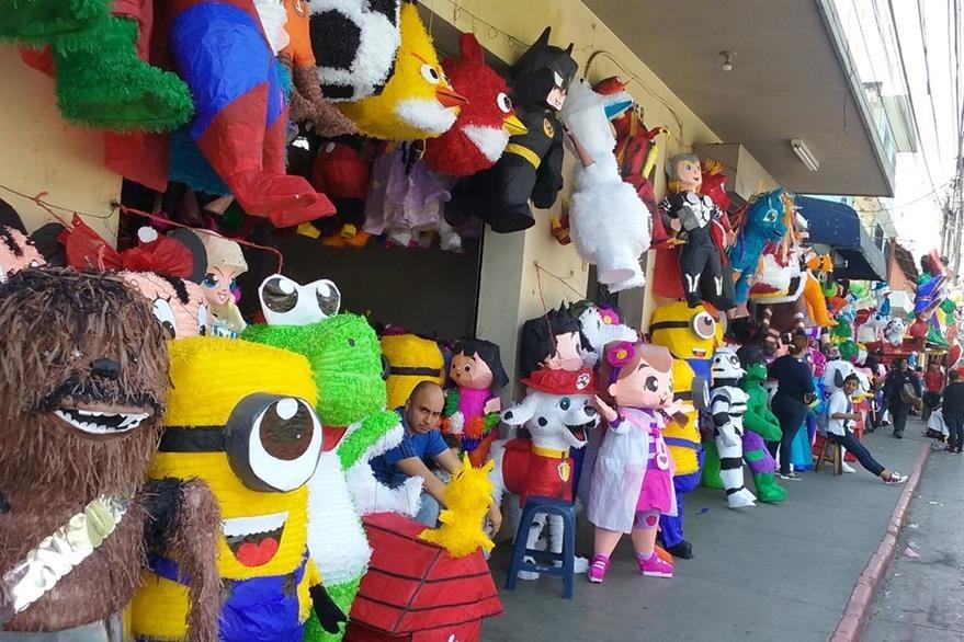 Varias ventas de piñatas pueden encontrarse en la 9a calle de la zona 1,  entre la 11 y la 12 avenida. (Foto Prensa Libre: Pablo Juárez Andrino)